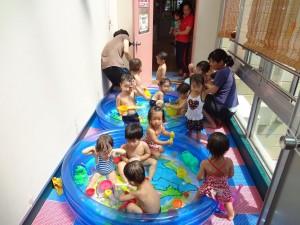 1歳児 プール遊びの様子