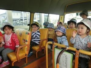つきぐみ遠足ごっこ、バスに乗ったよ!